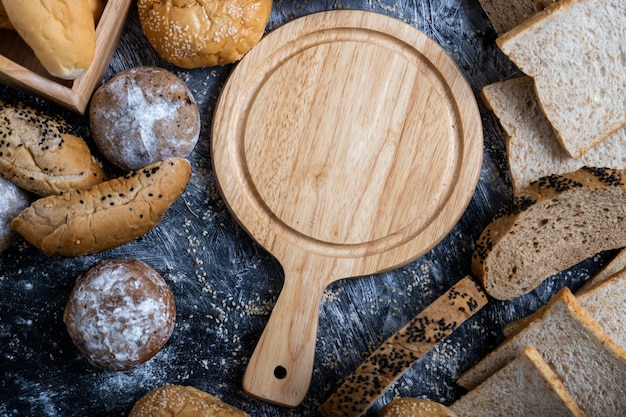 Pusta drewniana deska do krojenia umieszczona na środku stołu