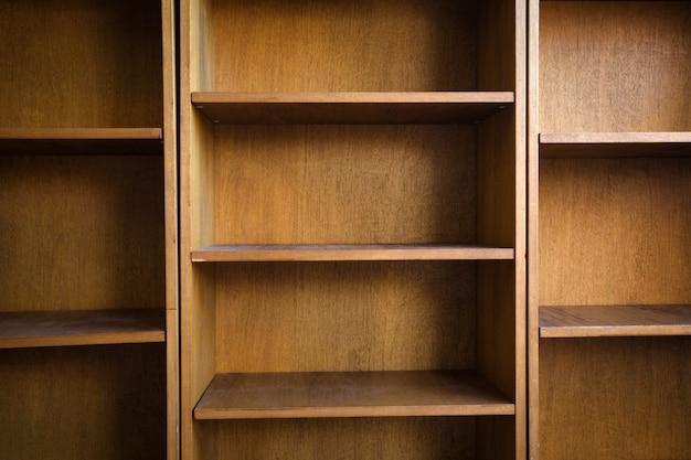 Pusta drewniana półka na książki z lub regał do przechowywania w nowoczesnym stylu retro
