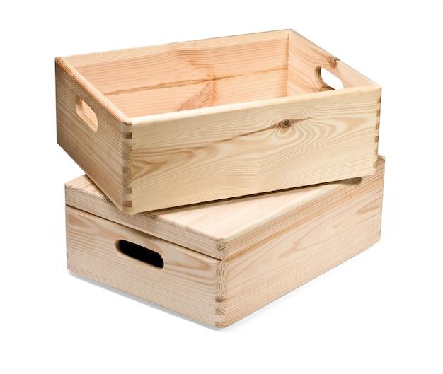Pusta drewniana skrzynia na białym tle