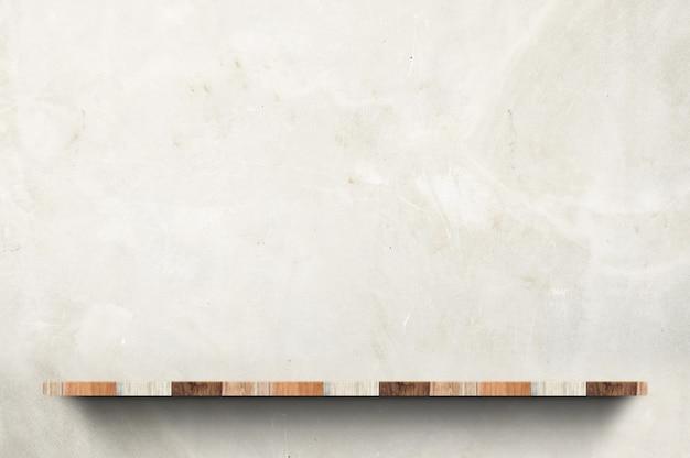 Pusta drewno deski półka przy betonowej ściany tłem