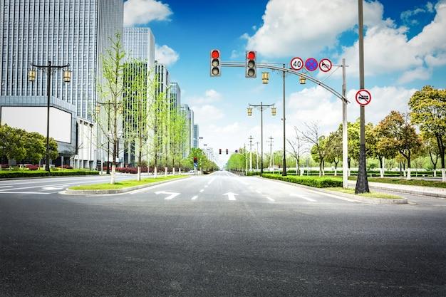 Pusta droga asfaltowa przez nowoczesne miasto w chinach.