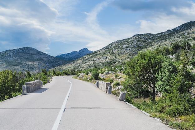 Pusta droga do mali halan, południowy velebit, kręta przez skaliste góry