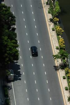 Pusta droga i ruch uliczny z widokiem na samochód z lotu ptaka
