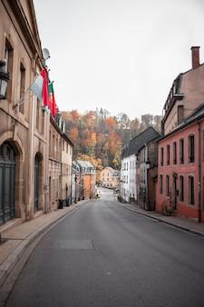 Pusta droga między czerwonymi i brązowymi betonowymi budynkami