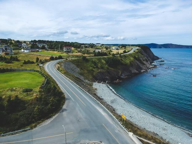 Pusta droga przybrzeżna w pobliżu morza