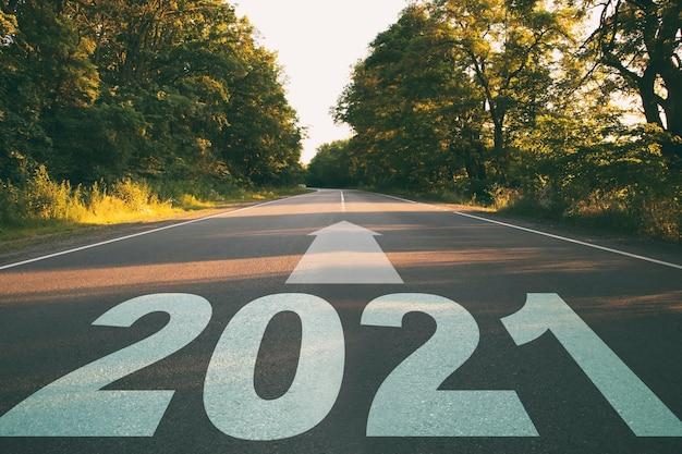 Pusta droga w lesie do przyszłego roku