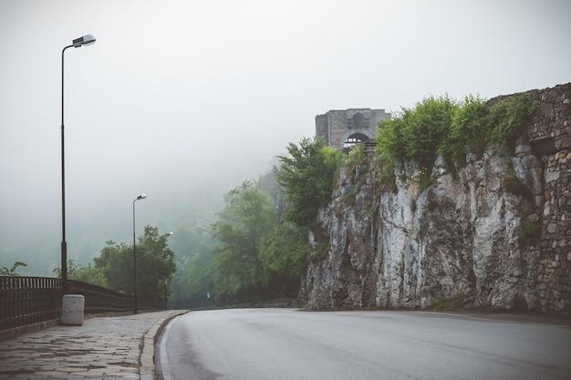 Pusta droga we mgle w bułgarii
