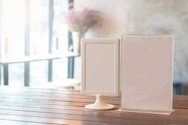 Pusta etykieta do wyświetlenia pokazuje produkt na stole