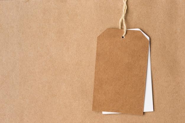 Pusta etykieta na powierzchni papieru