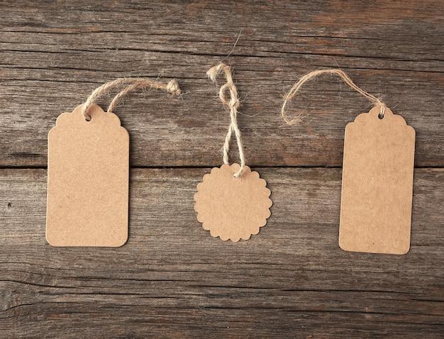 Pusta etykieta z brązowego papieru przewiązana białym sznurkiem