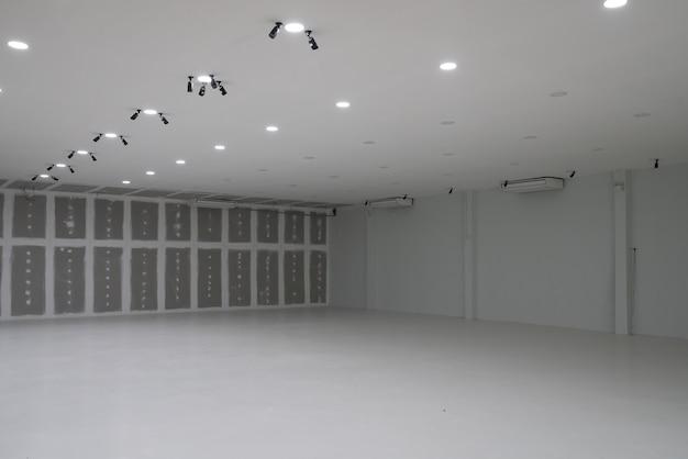 Pusta fabryka podczas dekoruje wnętrze, magazyn, sala wnętrze z puszka światłem.