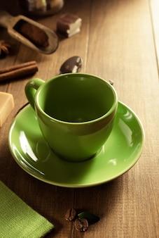 Pusta filiżanka kawy na drewnianym tle