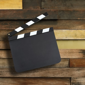 Pusta film produkci clapper deska nad drewnianym tłem z