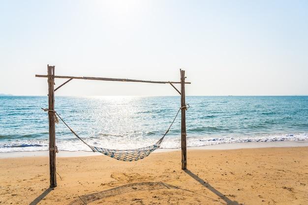 Pusta huśtawka hamaka na pięknej plaży i morzu