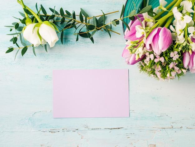 Pusta karta fioletowy kwiat tulipan róża pastelowe kolory