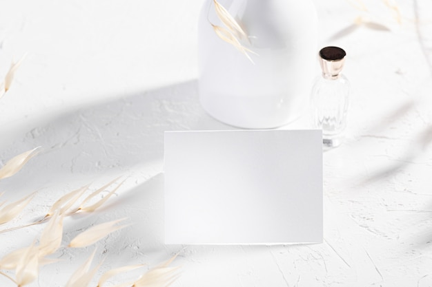 Pusta karta lub notatka z suchymi roślinami kwiatowymi i perfumami