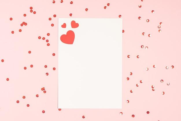 Pusta karta valentine na różowym stole