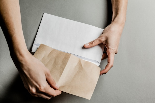 Pusta karta w białej kopercie