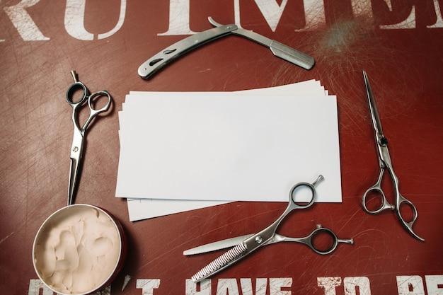 Pusta karta w ramie narzędzia fryzjerskie