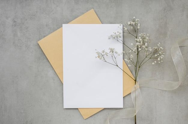 Pusta karta z kwiatem widok z góry