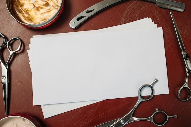 Pusta karta z nożyczkami i brzytwą