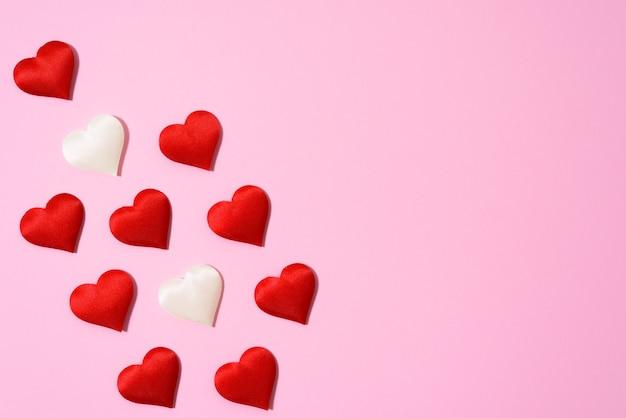 Pusta karta z sercami na walentynki. układ tekstu na różowym tle. na walentynki pozdrowienia i wyrazy miłości