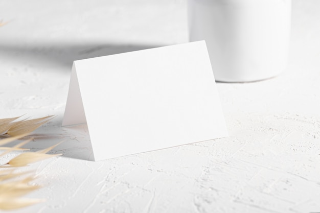 Pusta kartka lub notatka z kwiatem suchych roślin