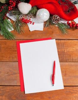 Pusta kartka papieru na drewnianym stole z długopisem