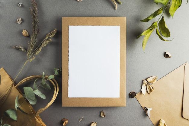 Pusta kartka papieru z gałęziami na szarym tle