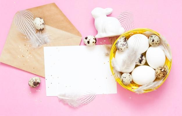 Pusta kartka z pozdrowieniami, koperta kraft. wielkanocni jajka w koszu.
