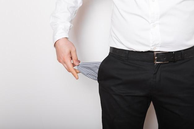 Pusta kieszeń w rękach człowieka. załamana, bankrutująca koncepcja.