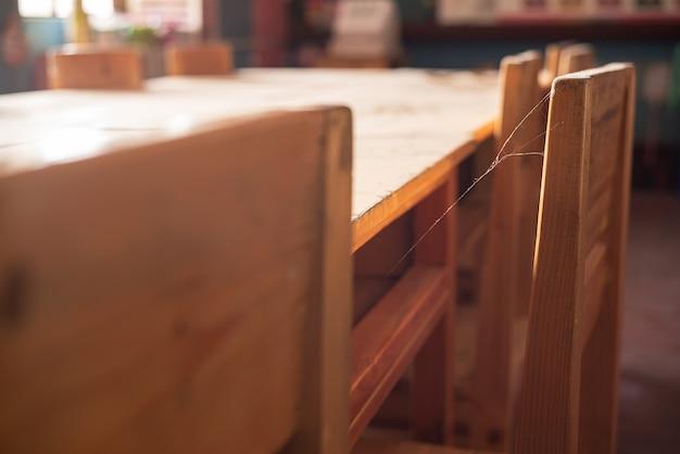 Pusta klasa z krzesłem pokrytym pajęczynami z powodu zawieszenia zajęć podczas pandemii covid-19.