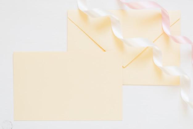 Pusta koperta w kremowym kolorze ze wstążkami