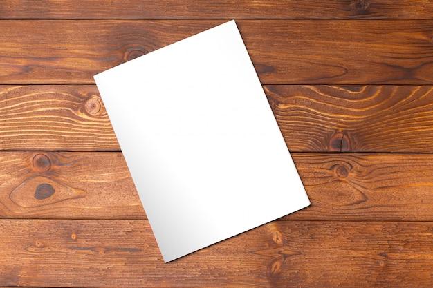 Pusta książka lub okładka magazynu na drewnie