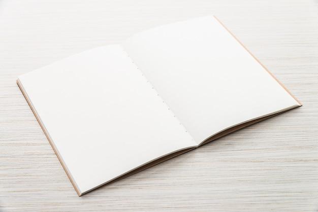 Pusta książka próbna w górę notatka