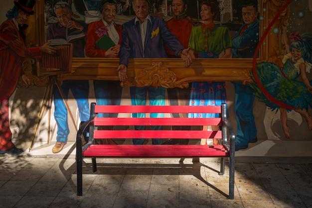Pusta ławka przed uliczną sztuką na budynek ścianie, jerozolima, izrael