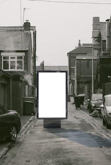 Pusta makieta reklamowa na ulicy. billboard plakatowy na tle brudnej alei miasta