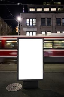 Pusta makieta reklamowa na ulicy. billboard plakatowy na tle miasta w nocy