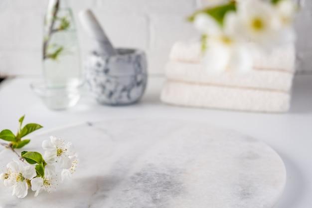 Pusta marmurowa tablica do prezentacji produktów z rozmytym wnętrzem łazienki. spa i pielęgnacja ciała