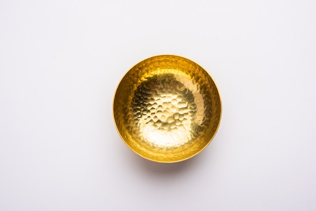 Pusta mosiężna lub złota metalowa miska wyizolowana na białym tle