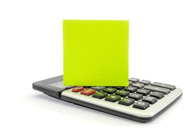 Pusta naklejka i kalkulator na białej powierzchni