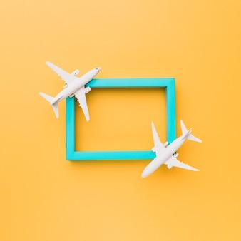 Pusta niebieska ramka z małymi samolotami
