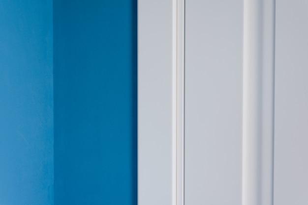 Pusta niebieska ściana pokoju z narożnikiem