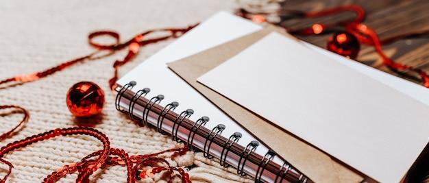 Pusta notatka na tle drewnianych i z dzianiny. wesołych świąt bożego narodzenia i nowego roku koncepcja