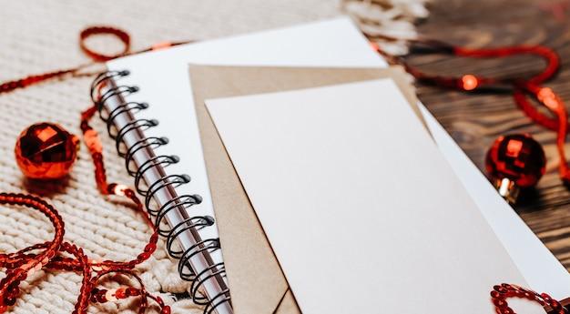 Pusta notatka na tle drewnianych i z dzianiny. wesołych świąt i nowego roku koncepcja