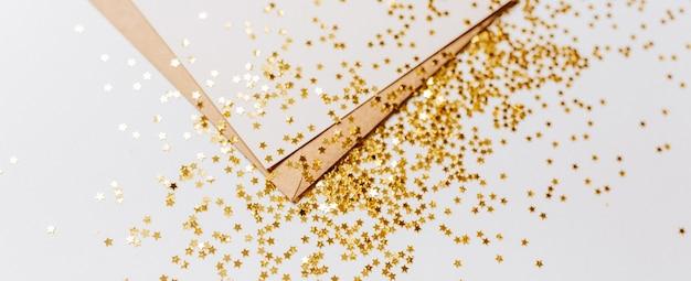 Pusta notatka z kopertą i złotymi gwiazdami brokat na białym tle