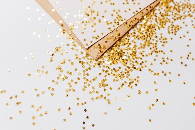 Pusta notatka ze złotymi gwiazdami brokatu