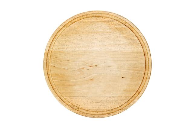 Pusta okrągła deska do krojenia na na białym tle.