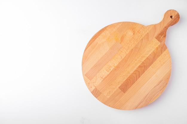 Pusta okrągła deska do pizzy na białym tle. widok z góry