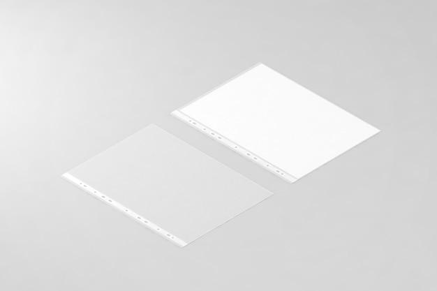 Pusta osłona na dokumenty i czysty biały arkusz papieru a4 w przezroczystej plastikowej rękawie, izometryczny